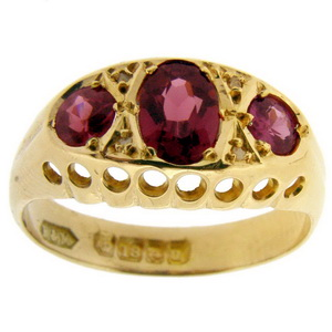Victorian ring. hallmark 1894. An antique garnet set three stone - Click Image to Close